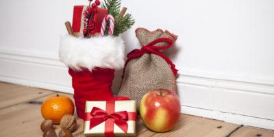 Weihnachtsstiefel mit Geschenk und Sack
